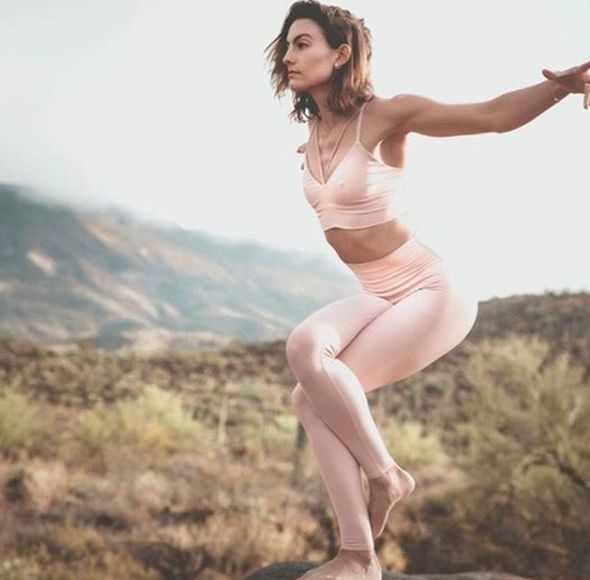 @findingmorgantyler in Eagle Pose wearing her #aloyoga Airlift Legging & Deluxe ...
