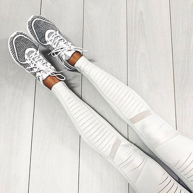Up close with our Moto Legging in Mist, courtesy of Stylerunner. #aloyoga #beago...